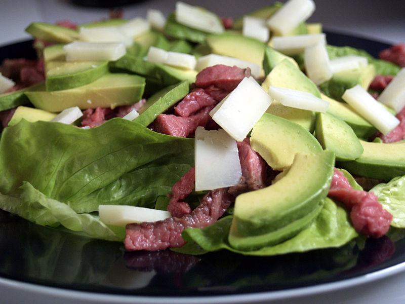 800px-Flickr_-_cyclonebill_-_Salat_med_oksekød,_gedeost_og_avocado