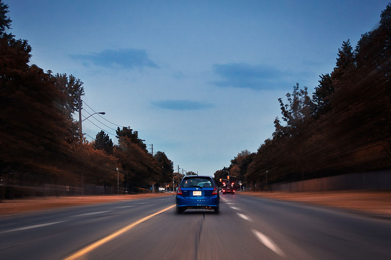 800px-Blue_(driving_in_Toronto)